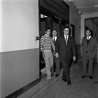 """Double crime d'Ondes. Les assassins keller et Horneich <br /> <br /> """"+ M. Dalas chef du SRPJ"""" Locaux du Service Régional de la Police Judiciaire (SRPJ), Hôtel de Police, 17 rue du Rempart-Saint-Etienne. 4 octobre 1972. Vue d'ensemble de face de Joseph Keller sortant des bureaux du SRPJ, menoté et entouré des policiers chargés de l'enquête. Cliché pris le lendemain de l'arrestation des deux suspects Joseph Keller et Marcellin Horneich dans l'affaire du double meurtre d'Ondes. Observation: Dans la nuit du 29 au 30 août 1972, un couple de touristes anglais autostoppeurs, est assassiné à Ondes (José Clive Latter 23 ans et Joy Joffe 20 ans). Un mois après, les auteurs du crime sont interpelés : ils s'agit de Marcellin Horneich et son neveu Joseph Keller. Ils avouent leur crime le 4 octobre 1972. Après 4 ans d'instruction, ils sont condamnés à mort le 25 juin 1976 par la Cour d'Assises de la Haute-Garonne. Le 8 janvier 1977, ils sont tous les deux graciés par le Président Valéry Giscard d'Estaing."""