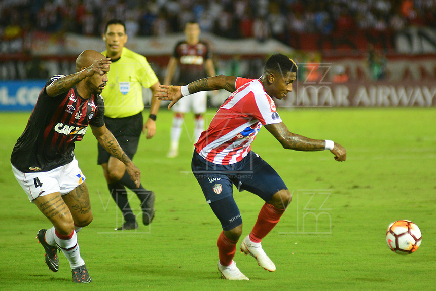 BARRANQUIILLA - COLOMBIA, 05-12-2018:Yonni Gonzalez (Der.) de Junior disputa el balón con Thiago Heleno(Izq.) del Paranaense durante el encuentro entre Atlético Junior de Colombia e Atlético Paranaense de Brasil por la final, ida, de la Copa CONMEBOL Sudamericana 2018 jugado en el estadio Metropolitano Roberto Meléndez de la ciudad de Barranquilla. / Yonni  Gonzalez (R) of Junior struggles for the ball with Thiago Heleno(L) of Paranaense during a final first leg match between Atletico Junior of Colombia and Atlético Paranaense of Brazil as a part of Copa CONMEBOL Sudamericana 2018 played at Roberto Melendez Metropolitan stadium in Barranquilla city Atlético Junior de Colombia y Atlético Paranaense de Brasil en partido por la final, ida, de la Copa CONMEBOL Sudamericana 2018 jugado en el estadio Metropolitano Roberto Meléndez de la ciudad de Barranquilla. / Atletico Junior of Colombia and Atletico Paranaense of Brazil in Final first leg match as a part of Copa CONMEBOL Sudamericana 2018 played at Roberto Melendez Metropolitan stadium in Barranquilla city.  Photo: VizzorImage / Alfonso Cervantes / Cont