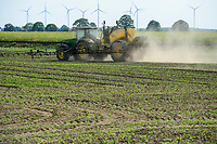 GERMANY, spraying of pesticides / DEUTSCHLAND, Verspruehen von Pestiziden und Herbiziden