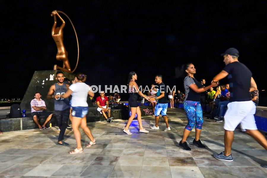 Pessoas dançando na rua, Forro, Praia de Iracema, Fortaleza, Ceara. 2018. Foto © Juca Martins