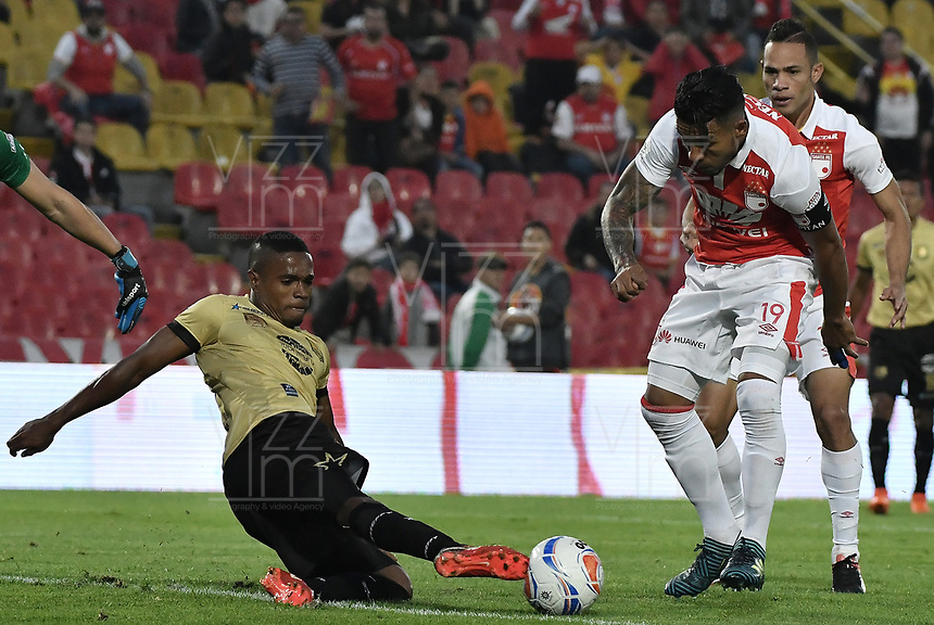 BOGOTÁ - COLOMBIA, 08-04-2018: Wilson Morelo (Der.) jugador de Santa Fe disputa el balón con Fabian Viafara (Izq.) jugador del Rionegro durante el encuentro entre Independiente Santa Fe y Rionegro Águilas por la fecha 13 de la Liga Águila I 2018 jugado en el estadio Nemesio Camacho El Campin de la ciudad de Bogotá. / Wilson Morelo (R) player of Santa Fe struggles for the ball with Fabian Viafara (L) player of Rionegro during match between Independiente Santa Fe and Rionegro Aguilas for the date 13 of the Aguila League I 2018 played at the Nemesio Camacho El Campin Stadium in Bogota city. Photo: VizzorImage/ Gabriel Aponte / Staff