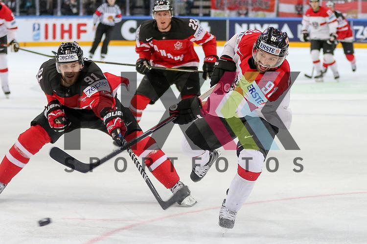 Oestereichs Heinrich, Dominique (Nr.91) mit einem Schuss vorbei an Canadas Seguin, Tyler (Nr.91)  im Spiel IIHF WC15 Kanada vs. Oestereich.<br /> <br /> Foto &copy; P-I-X.org *** Foto ist honorarpflichtig! *** Auf Anfrage in hoeherer Qualitaet/Aufloesung. Belegexemplar erbeten. Veroeffentlichung ausschliesslich fuer journalistisch-publizistische Zwecke. For editorial use only.