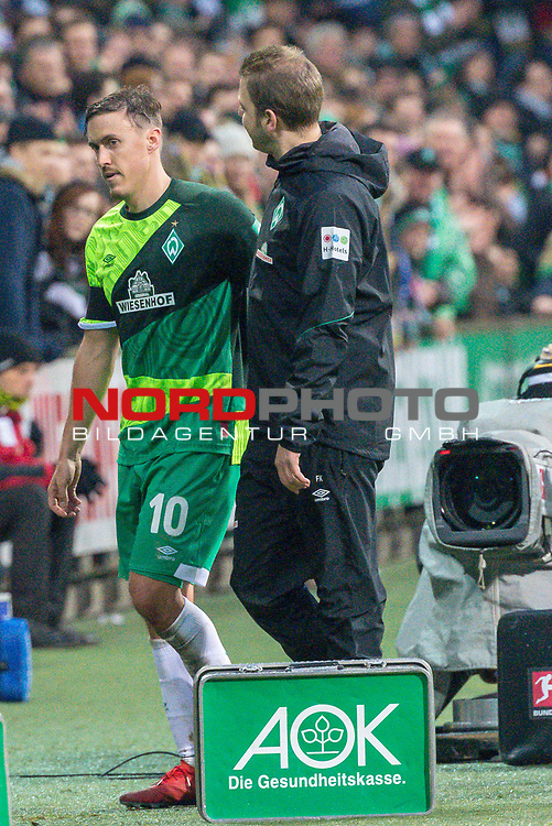 10.02.2019, Weser Stadion, Bremen, GER, 1.FBL, Werder Bremen vs FC Augsburg, <br /> <br /> DFL REGULATIONS PROHIBIT ANY USE OF PHOTOGRAPHS AS IMAGE SEQUENCES AND/OR QUASI-VIDEO.<br /> <br />  im Bild<br /> Auswechslung Max Kruse (Werder Bremen #10) Florian Kohfeldt (Trainer SV Werder Bremen)<br /> <br /> <br /> Foto © nordphoto / Kokenge