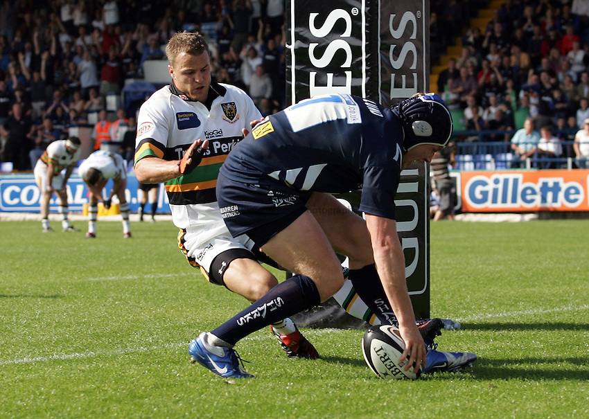Photo: Paul Thomas..Sale Sharks v Northampton Saints. Guinness Premiership. 09/09/2006...Magnus Lund of Sale (R) scores as he can't be stopped by Robbie Kydd.
