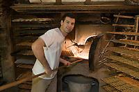 Europe/France/Languedoc-Roussillon/30/Gard/Nîmes: Croquants Villaret -Remi Breyde Patissier devant son four ou cuisent les croquants -Gateau sec spécialité de la ville