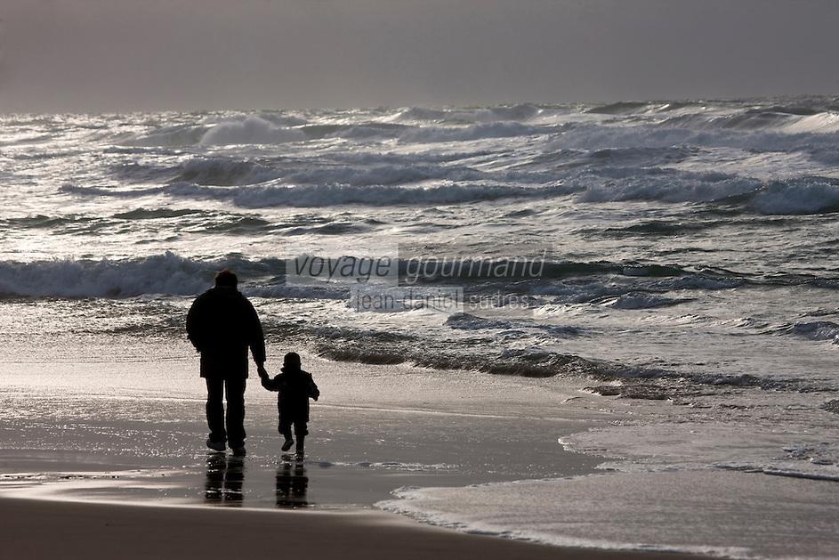 Europe/France/Aquitaine/40/Landes/Biscarosse-Plage: Promenade sur la plage - un père et son fils