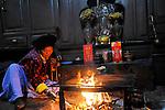 CHINA Yunnan Lugu Lake , ethnic minority Mosuo who are buddhist and women have a matriarch / CHINA Provinz Yunnan , ethnische Minderheit Mosuo am Lugu See , die Mosuo sind Buddhisten und Mosuo Frauen ueben ein Matriarchat aus, Frau Zhi Ma, 63 Jahre alt, im Dorf Nisai, Wohnstube und Hausaltar