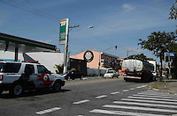 SAO BERNARDO DO CAMPO, 07 DE MARCO DE 2012 - CAMINHAO TANQUE ESCOLTADO - Caminhão tanque é visto em São Bernardo do Campo, ABC, escoltado por viaturas da Polícia Militar, na tarde desta quarta-feira.  FOTO: ALEXANDRE MOREIRA - BRAZIL PHOTO PRESS