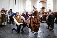 Enkhuizen.  Klederdrachtfestival in het Zuiderzeemuseum. Dansgroep Skotsploech uit Bolsward danst in de kapel