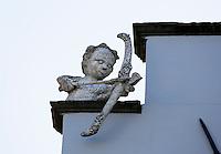 Nederland Zaltbommel 2016. Gootspook. Gootspoken zijn de door kunstenaar Joris Baudoin vervaardigde beeldjes die zich aan of op daken en gevels van huizen bevinden, meestal in de dakgoot. De beelden vertellen iets over de bewoners van het pand of over de historie ervan.   Foto Berlinda van Dam / Hollandse Hoogte