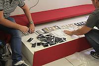 """SÃO PAULO,SP,29.05.2015 - CRIME-SP - A Polícia Civil """"DEIC"""" descobriu e prendeu quatro suspeitos de participarem de um esquema<br /> de roubo, receptarão e venda de aparelhos de celular IPhone com a quadrilha foram encontrados cerca de cem aparelhos que possivelmente seriam vendidos no bairro Santa Efigênia região central de São Paulo, nesta sexta-feira, 29. (Foto: Marcio Ribeiro/Brazil Photo Press)"""