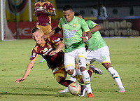 IBAGUÉ -COLOMBIA, 05-03-2016: Matheus Uribe (Izq) jugador de Deportes Tolima disputa el balón con un (Der) jugador del Atlético Bucaramanga por la fecha 8 de la Liga Aguila I 2016 jugado en el estadio Manuel Murillo Toro de la ciudad de Ibagué./ Matheus Uribe (L) player of  Deportes Tolima vies for the ball with a (R) player of Atletico Bucaramanga for the date 8 of the Aguila League I 2016 played at Manuel Murillo Toro stadium in Ibague city. Photo: VizzorImage / Juan Carlos Escobar / Str