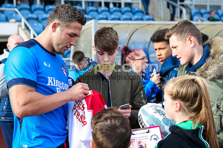 Picture by Alex Whitehead/SWpix.com - 25/10/16 - Rugby League - 2016 Ladbrokes Four Nations - England RL Training - South Leeds Stadium, Beeston, England - Sam Burgess signs autographs for fans.