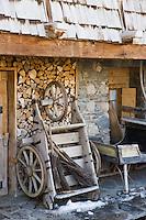 Europe/France/Rhone-Alpes/74/Haute-Savoie/Megève: Restau  détail tas de bois et chariot à trois roues d'une ferme