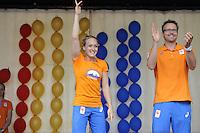 TURNEN: HEERENVEEN: Oude Koemarkt, 28-08-2016, Huldiging Olympiërs Heerenveen, Sanne Wevers met haar Olympische medaille, ook de andere Olympische sporters woonachtig in de gemeente Heerenveen en hun coaches werden in de bloemetjes gezet, o.a. Gerben Wiersma en Vincent Wevers, (dames coaches), Sanne Wevers, Marrit Steenbergen (zwemmen), Epke Zonderland, Céline Van Gerner, Lieke Wevers, Daniël Knibbeler coach van Epke, ©foto Martin de Jong