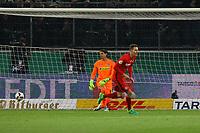 Branimir Hrgota (Eintracht Frankfurt) verwandelt den entscheidenden Elfmeter gegen Torwart Yann Sommer (Borussia Mönchengladbach) und jubelt - 25.04.2017: Borussia Moenchengladbach vs. Eintracht Frankfurt, DFB-Pokal Halbfinale, Borussia Park