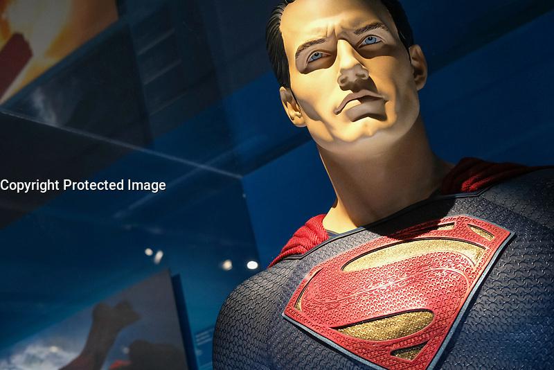 SUPERMAN, COSTUME PORTE PAR HENRY CAVILL, BATMAN V SUPERMAN L'AUBE DE LA JUSTICE, 2016 - EXPOSITION DC COMICS 'L'AUBE DES SUPER-HEROS' A ART LUDIQUE-LE MUSEE, PARIS, FRANCE, LE 31/03/2017.
