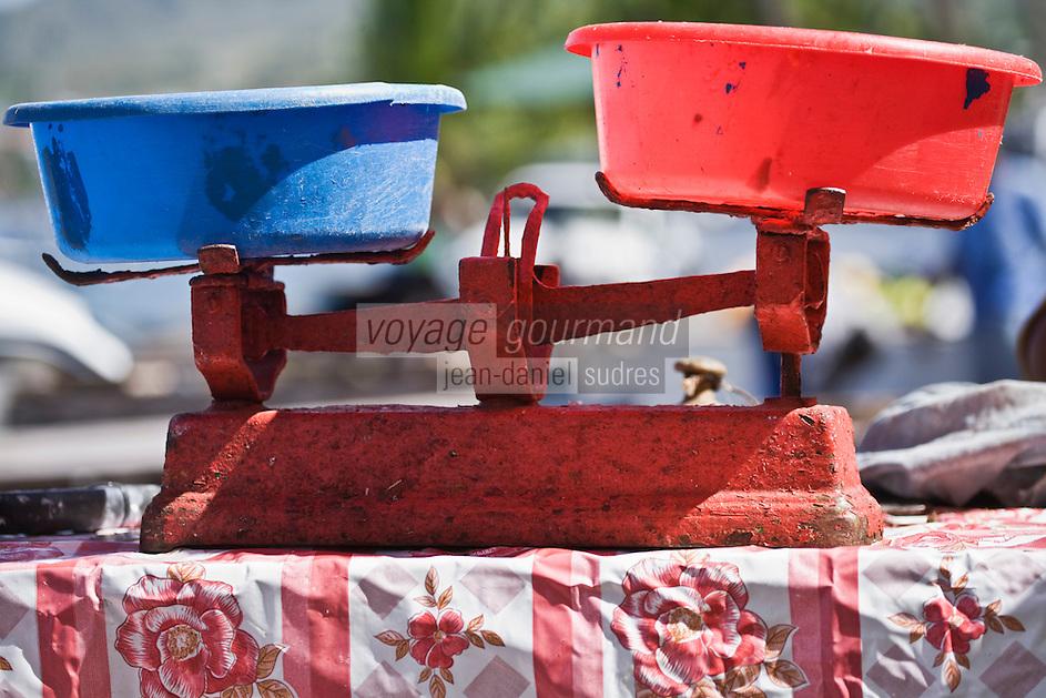 France/DOM/Martinique/ Saint-Pierre: Détail balance sur un étal du marché