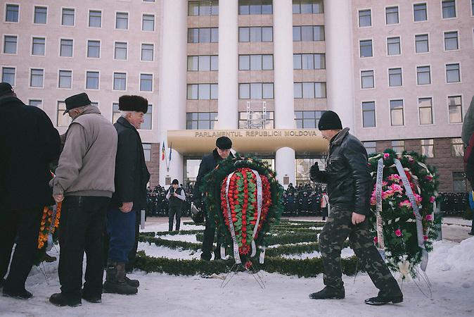 Demonstranten legen vor dem Parlament Kr&auml;nze nieder. Zehntausende demonstrieren gegen die neue Regierung in Chisinau, Republik Moldau. / <br />Funeral wreaths placed in front of the parliament by protesters. Tens of thousands protest against the new government in Chisinau, Republic of Moldova.