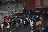 RIO DE JANEIRO, RJ, 13.05.2014 - GREVE RODOVIARIOS RIO DE JANEIRO - Usuarios de trasnporte publico no bairro da Penha regiao oeste do Rio de Janeiro nesta terca-feira, 13. Durante nova greve de motoristas e cobradores. A categoria reivindica reajuste salarial e melhores condições de trabalho. (Foto: Celso Barbosa / Brazil Photo Press).