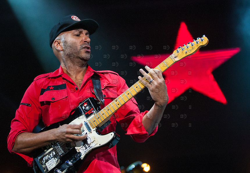 CIUDAD DE MEXICO, D.F. 22 de noviembre.- El guitarrista Tom Morello junto al grupo Calle 13 en el Palacio de los Deportes de la Ciudad de M&eacute;xico, 22 de noviembre de 2014.  FOTO: ALEJANDRO MELENDEZ<br /> <br /> CIUDAD DE MEXICO, DF 22 Guitarist Tom Morello November.- with the group Calle 13 in the Palacio de los Deportes in Mexico City, November 22, 2014. PHOTO: JOSE MELENDEZ