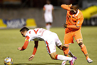 ENVIGADO -COLOMBIA-01-05-2015. Faider Fabio Burbano (Der) de Envigado FC disputa el balón con Luis Manuel Seijas (Der) de Independiente Santa Fe durante partido por la fecha 18 de la Liga Águila I 2015 realizado en el Polideportivo Sur de la ciudad de Envigado./ Fabio Burbano (R) of Envigado FC fights for the ball with Luis Manuel Seijas (R) of Independiente Santa Fe during match for the 18th date of the Aguila League I 2015 at Polideportivo Sur in Envigado city.  Photo: VizzorImage/León Monsalve/STR
