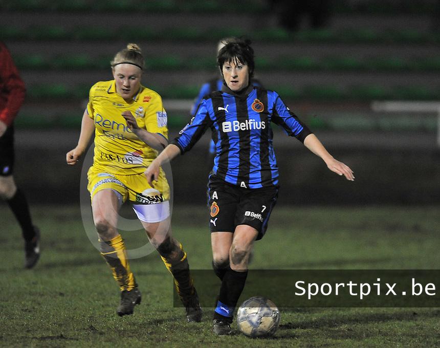 Club Brugge Dames - WB Sinaai Girls : Ingrid De Rycke aan de bal voor Wiene Van Guyse.foto DAVID CATRY / Vrouwenteam.be
