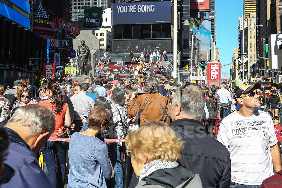 NEW YORK, NY, 11.10.2016 - INGRESSOS-NY - Fila para compra de ingressos de espetáculos da Broadway é vista na Times Square em New York nesta terça-feira, 11. (Foto: William Volcov/Brazil Photo Press)