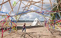 Nederland Almere  2018.  Urban Campsite. Een weekend kamperen op het Almeerderstrand. Kunstwerk van linten en latjes.  Foto Berlinda van Dam / Hollandse Hoogte