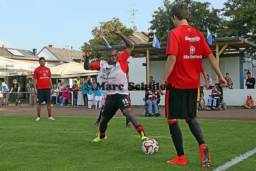 Constant Djakpa gegen Lucas Piazon (Eintracht) - VfB Unterliederbach vs. Eintracht Frankfurt