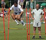 NORDERNEY Trainer Thomas Schaaf bleibt Norderney treu. Nachdem er bereits elfmal mit Fu&szlig;ball-Bundesligist Werder Bremen ins Trainingslager auf die Nordseeinsel gefahren ist, um sein Team auf eine Saison vorzubereiten, will er die Sportpl&auml;tze und die dort gebotene Betreuung auch f&uuml;r seinen neuen Verein, Eintracht Frankfurt, nutzen. Das Trainingslager ist f&uuml;r die Zeit vom 6. bis 12. Juli geplant.<br /> Archiv aus: FBL 06/07 Tag 3 - Training Vormittag<br /> <br /> Trainingslager Werder Bremen Norderney 2006 <br /> <br /> Diego beim Zirkeltraining, Trainer Thomas Schaaf schaut sich das ganze genau an<br /> <br /> Foto &copy; nordphoto <br /> <br /> <br /> <br />  *** Local Caption ***