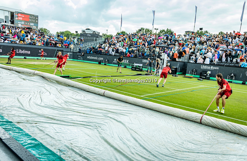 Rosmalen, Netherlands, 16 June, 2019, Tennis, Libema Open, Its raining again covers come over centercourt<br /> Photo: Henk Koster/tennisimages.com