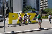 SAO PAULO, SP, 21.11.2013 - PICHACAO PAZ PAULISTA - Letreiro com a palavra Paz, colocado na Avenida Paulista na segunda feira, 21, pela ONG Caminho da Paz, é visto pichado na manhã desta quinta feira, 21.  (Foto: Alexandre Moreira / Brazil Photo Press)