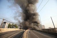 FOTOEMBARGADA PARA VEICULOS INTERNACIONAIS. SAO PAULO, SP, 17/ 09/2012, INCENDIO FAVELA. Um incêndio atinge a favela do Moinho, que fica sob o viaduto Rio Branco, na região dos Campos Elíseos, centro da capital paulista, na manhã desta segunda-feira. A comunidade já tinha sido atingida por um grave incêndio em 22 dezembro de 2011. O fogo, que começou pouco depois das 7h, se espalha com rapidez.FOTO LUIZ GUARNIERI / BRAZIL PHOTO PRESS