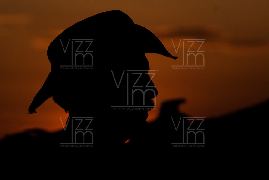 PUERTO LOPEZ-COLOMBIA-15-12-2010 .Un Jinete cabalga en los Llanos, en el atardecer, enero 15 de 2010. A Horseman rides in the Plains, in the sunset, January 15, 2010. (Photo: Luis Ramirez)..