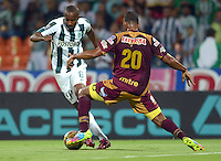 MEDELLIN -COLOMBIA-28-MARZO -2015.   Juan David Valencia (Izq.) jugador del Atletico Nacional  disputa el balon con Danovis Bsnguero (Der.) jugador de Deportes Tolima , durante partido por la fecha 12 entre Atletico Nacional y Deportes Tolima  de la Liga Aguila I-2015, en el estadio Atanasio Girardot de la ciudad de Medellin . /  Juan David Valencia  (L) player of Atletico Nacional struggles for the ball with Danovis Bsnguero (R) player of Deportes Tolima , during a  match of the 12 date between Atletico Nacional  and Deportes Tolima  for the Liga Aguila I -2015 at the Atanasio Girardot Stadium in Medellin city <br /> .Photo: VizzorImage / Leon Monsalve / STR