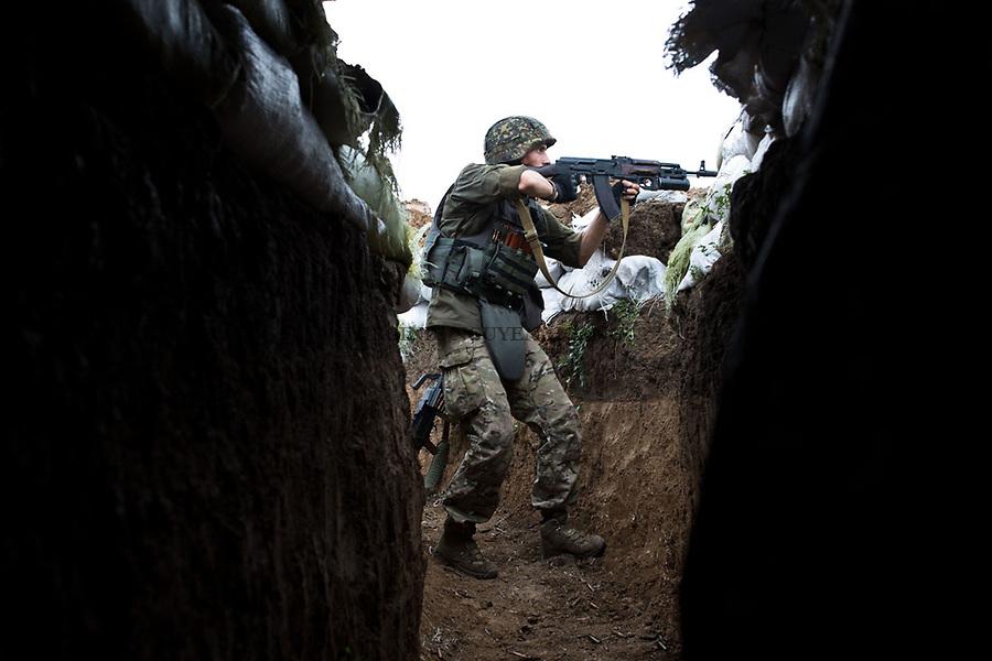 UKRAINE, Shyrokyne: A fighter of the Donbass battalion is shooting with a machin gun at separatis position in Shyrokyne. <br /> <br /> UKRAINE, Shyrokyne: Un combattant du bataillon Donbass tire avec un pistolet machin &agrave; la position s&eacute;paratiste dans Shyrokyne.