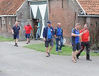 SKÛTSJESILEN: ELAHUIZEN: De Fluezen, 24-07-2015, SKS kampioenschap 2015, winnaar werd het skûtsje van Joure met schipper Dirk Jan Reijenga, na afloop van de vergadering over de weervoorspellingen van de wedstrijd zaterdag bij Stavoren, Dirk Jan Reijenga voorop in gesprek, gevolgd door Alco Reijenga en Roel Wester, Auke de Groot, Albert Visser en Teake Klaas van der Meulen,  ©foto Martin de Jong