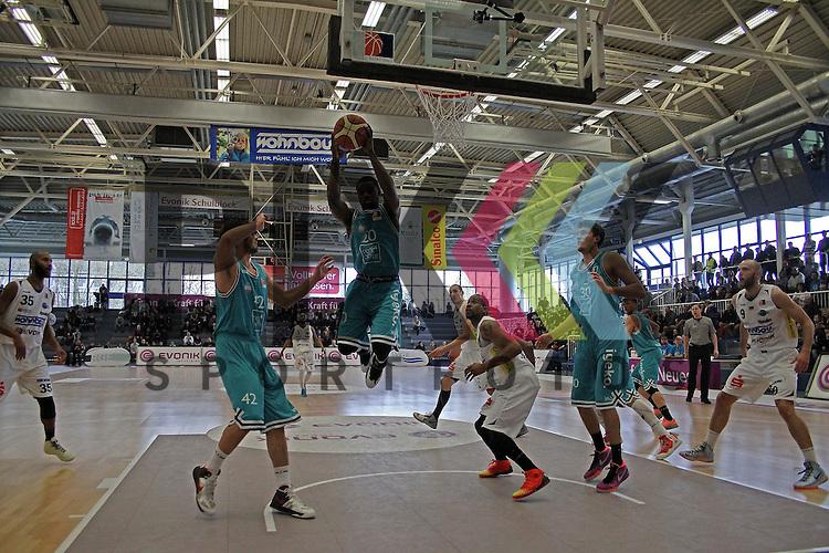 Keine Chance f&uuml;r ETB Point Guard Gary Johnson - USA (Nr.55) - Nuernberg Shooting Guard Joshua Young - USA (Nr.20) schnappt sich den Ball im Spiel ETB Wohnbau Baskets Essen - rent4office Nuernberg.<br /> <br /> Foto &copy; P-I-X.org *** Foto ist honorarpflichtig! *** Auf Anfrage in hoeherer Qualitaet/Aufloesung Belegexemplar erbeten Veroeffentlichung ausschliesslich fuer journalistisch-publizistische Zwecke For editorial use only