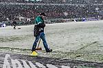 10.03.2019, HDI Arena, Hannover, GER, 1.FBL, Hannover 96 vs Bayer 04 Leverkusen<br /> <br /> DFL REGULATIONS PROHIBIT ANY USE OF PHOTOGRAPHS AS IMAGE SEQUENCES AND/OR QUASI-VIDEO.<br /> <br /> im Bild / picture shows<br /> Helfer kehren mit Besen w&auml;hrend Spielunterbrechung in der ersten Halbzeit  eingeschneite Strafraumlinien, <br /> <br /> Foto &copy; nordphoto / Ewert