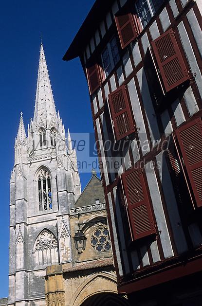 Europe/France/Aquitaine/64/Pyrénées-Atlantiques/Bayonne: Façade de la cathédrale Notre-Dame-de-Bayonne (architecture gothique XIIIème) et maison basque rue de l'Arabesque