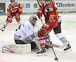Duesseldorfs Braden Pimm (Nr.64) mit einer Gelegenheit vor Nuernbergs Goalie AndreasJenike (Nr.29)  beim Spiel in der DEL, Duesseldorfer EG (rot) - Nuernberg Ice Tigers (weiss).<br /> <br /> Foto © PIX-Sportfotos *** Foto ist honorarpflichtig! *** Auf Anfrage in hoeherer Qualitaet/Aufloesung. Belegexemplar erbeten. Veroeffentlichung ausschliesslich fuer journalistisch-publizistische Zwecke. For editorial use only.