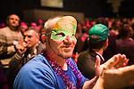 Europäischer Kabbala Kongress, Berlin Kino KOSMOS 28-30.01.2011. Ausgelassene Stimmung herrscht während des Kulruprogramms. Die Maske dieses Teilnehmers ziert ein Zitat von Michael Laitman.