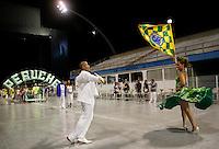 SÃO PAULO, SP, 10 DE FEVEREIRO DE 2012 - ENSAIO PERUCHE -  integrante durante ensaio técnico da Escola de Samba Peruche na preparação para o Carnaval 2012. O ensaio foi realizado na noite deste sabado 11 no Sambódromo do Anhembi, zona norte da cidade.FOTO ALE VIANNA - NEWS FREE