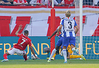 Robin Quaison (1. FSV Mainz 05) zieht ab - 14.09.2019: 1. FSV Mainz 05 vs. Hertha BSC Berlin, 4. Spieltag Bundesliga, OPEL Arena<br /> DISCLAIMER: DFL regulations prohibit any use of photographs as image sequences and/or quasi-video.