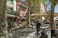 France, Provence-Alpes-Côte d'Azur, Menton: square and restaurants in old town | Frankreich, Provence-Alpes-Côte d'Azur, Menton: Platz und Restaurants in der Altstadt