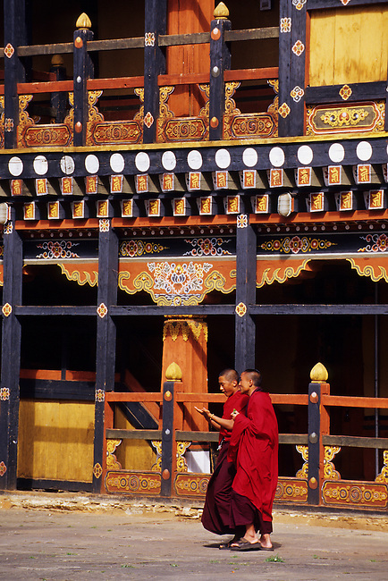 BHUTAN, PARO, RINPONG DZONG, COURTYARD, COLORFUL PAINTED ARCHITECTURE, MONKS