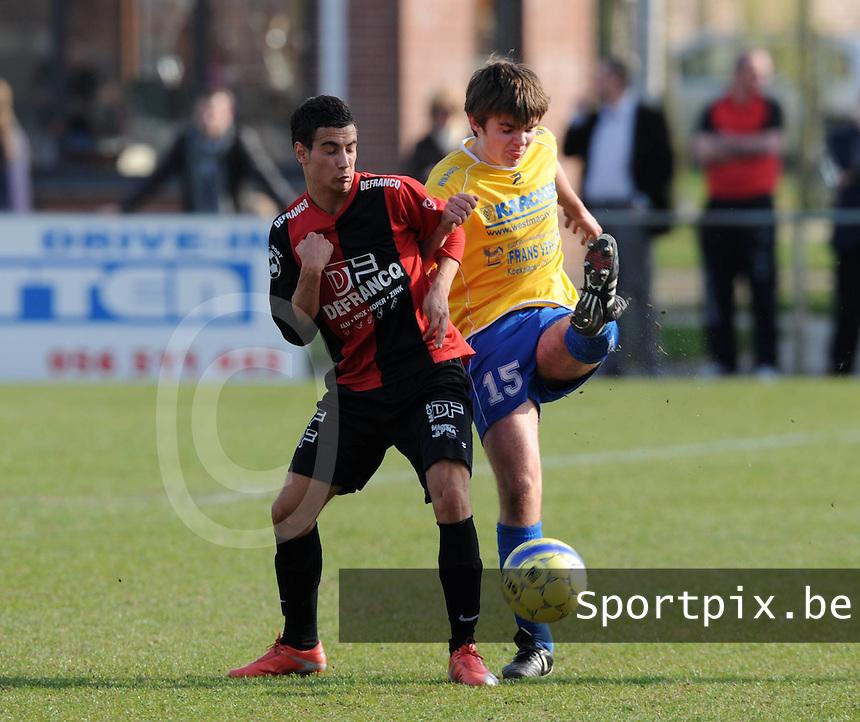 Winkel Sport - SV Diksmuide : Sammy Hoornaert (links) in duel met Sam Vanhee.foto VDB / BART VANDENBROUCKE