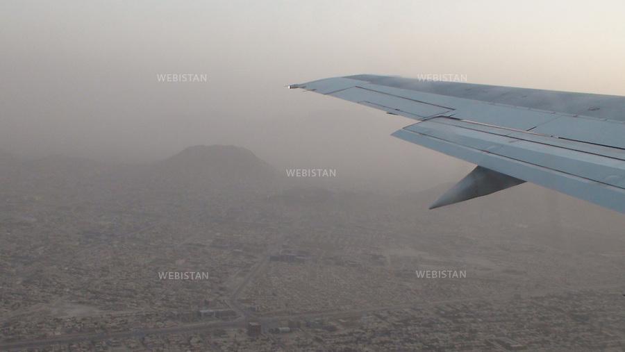 AFGHANISTAN - KABOUL - 26 aout 2009 : Vol Kaboul - Dubai a bord d'un avion de la compagnie Ariana Afghan Airlines. Survol de Kaboul. ..AFGHANISTAN - KABUL - August 26th, 2009 : Ariana Afghan Airlines flight from Kabul to Dubai. Aerial view of Kabul.