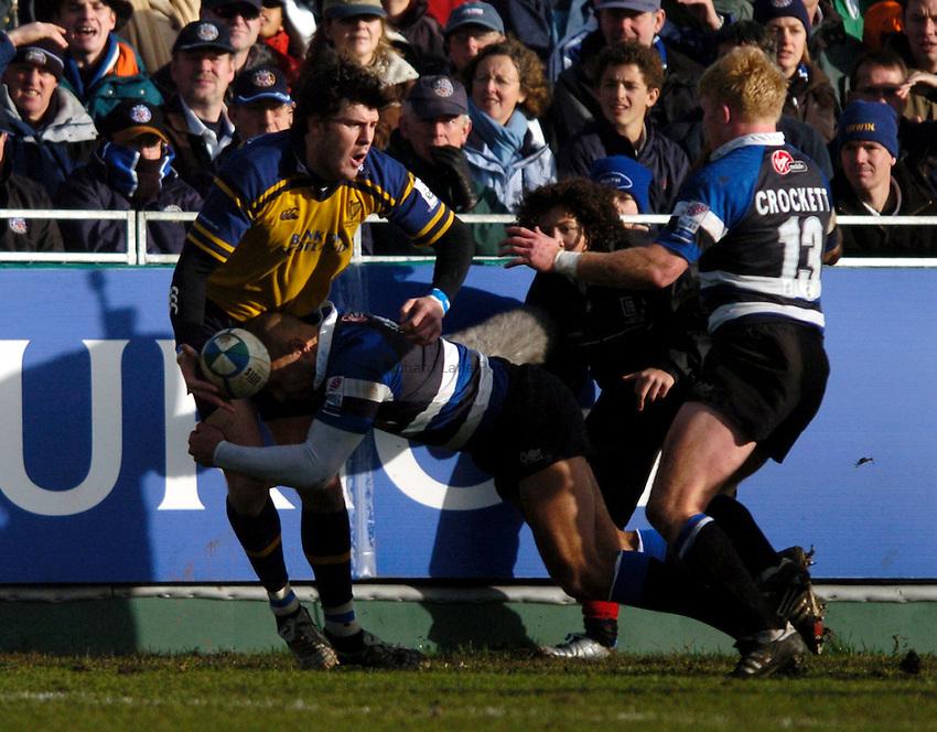 Photo: Richard Lane..Bath Rugby v Leinster. Heineken Cup. 08/01/2005..Shane Horgan looks for support as Brendon Daniel tackles.